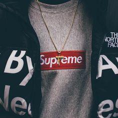 Supreme by any means jas met supreme box logo shirt en supreme uzi ketting Ik vind het shirt mooi omdat het een mooi en simpel logo is en de ketting staat er goed bij.