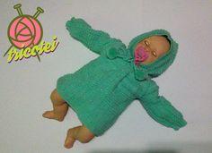 Casaquinho verde de tricô com touca para bebê feito à mão.   Cores: Verde  Material: lã para bebê antialérgica com botão branco perolado e pompom. Tamanho: 6 meses a 1 ano.  Largura: 35.00 cm  Comprimento: 35.00 cm   Apenas uma unidade no estoque.  Pronta entrega.