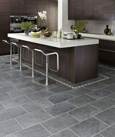 cuisine contemporaine avec un carrelage de sol gris avec frise beige et des armoires en bois