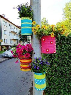 Intervenção urbana. Topa? Outra maneira de colorir a nossa escola, utilizando apenas latas pintadas e flores nos postes, paredes e chão.