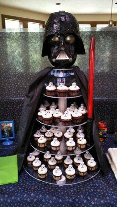 für die Star Wars Theme Party -Tipps für die Star Wars Theme Party - Star Wars cupcake stand - Star Wars Cake - Ideas of Star Wars Cake - Star Wars cupcake stand star wars themed cupcake stands STAR WARS - 4 th Birthday Tobias Birthday Party Ideas Bolo Star Wars, Tema Star Wars, Star Wars Food, Star Trek, Star Wars Baby, Birthday Star, Boy Birthday Parties, Birthday Ideas, Birthday Cupcakes