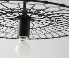 La lampada disegnata da Nendo è realizzata in collaborazione con Kanaami-Tsuji, un'impresa produttrice di rete metallica che conserva le tradizioni del mestiere. DOMUS