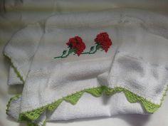 Pano de Prato Bordado Ponto Cruz - Rosas Vermelhas B001. Pano de prato bordado - rosas vermelhas, 100% algodão, no tamanho 45 cm por 70 cm, com acabamento em crochê verde claro. R$ 22,90  http://saluarts.airu.com.br/