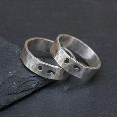 Cet anneau a été créé par la main estampage un point-virgule sur fil martelé en argent sterling. Le fil est ensuite formé dans une bande de