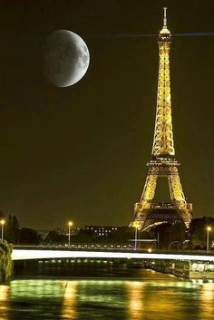 Luna la Turnul Eiffel - Paris, Franţa