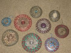 Oh, the multitude of things that can be created with pine needles! From Christmas tree ornaments, to wearble pendants, to wall hangings Basket Weaving, Hand Weaving, Pine Needle Crafts, Pine Cone Art, Making Baskets, Rope Rug, Pine Needle Baskets, Pine Needles, Seed Bead Earrings