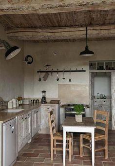 Cuisine campagnarde aux finitions brutes à la décoration minimaliste et épurée