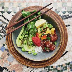 Poke bowl with marinated tuna, avocado and peach salsa and fried pak choi // Pokébowl med marinerad tonfisk, avokado- & persikosalsa och stekt pak choi
