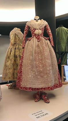 This is a fine dress apron. All women, regardless of social status, wore aprons. This particular apron would have been worn by a well-to-do woman and was not meant for work. 18th Century Dress, 18th Century Costume, 18th Century Clothing, 18th Century Fashion, 1700s Dresses, Old Dresses, Vintage Dresses, Vintage Outfits, Vintage Fashion