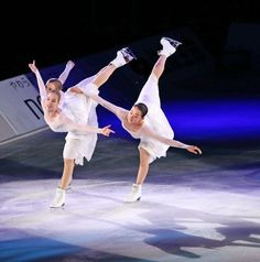 華麗な演技を見せる浅田真央(右)。左はロシェット、中央はコストナー (501×506) 「浅田真央、復帰表明後初の舞い 白ドレスで荘厳に」 http://www.nikkansports.com/sports/news/1511264.html