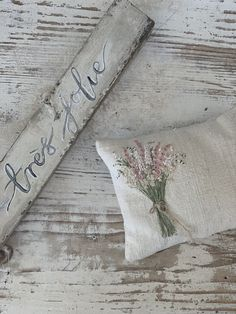 Hand Embroidery Flowers, Flower Embroidery Designs, Ribbon Embroidery, Embroidery Stitches, Embroidery Patterns, Chicken Scratch Embroidery, Mini Album Tutorial, Lavender Bags, Fabric Journals