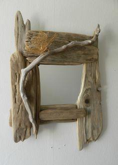 Un miroir réalisé avec de jolies planches de bois flotté style « Robinson Crusoé ». Un miroir inhabituel  qui mettra une touche à la fois  sauvage et maîtrisée dans votre intérieur. Idéal pour compléter un déco déjà épurée et  ne pas la surcharger. Avec ce joli miroir, Au fil de l'eau vous  offre l'occasion de vous replonger dans l'ambiance des vacances en bord de mer!