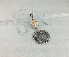 Sautoir chaine argent 925 de 76 cm, perle de verre filé au chalumeau ton ivoire marbré : Collier par auverredoz
