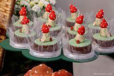 pão de mel decorado com cogumelos para festa infantil.