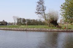 De rolpalen in de bocht van de Schie in Overschie, bedoeld om het jaagtouw van de trekschuit langs te trekken.