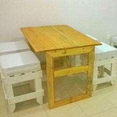 Mesa para 4. De pallets al natural y bancos blancos. Elaborado por pal art reciclarte.