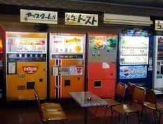 古い自販機特集  ドライブイン  昔行った記憶が。。。 Retro Shop, Catch The Cat, Vending Machines In Japan, Japan Shop, 80s Aesthetic, Japan Image, V Magazine, Summer Travel, Old Photos