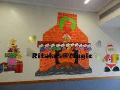 Pai Natal e lareira desenhados por mim Meias cartolinas e pintadas com carimbagem (carimbos feitos com eva)