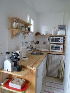 votre coin cuisine : équipée plaque induction deux feux, mini four électrique et four micro ondes, cafetière filtre et  à dosettes, bouilloire....