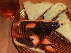 de pate a tarttiner au chocolat fondant op boerenmaisbrood en bio-aardbezieeen met glas jasmine+tea