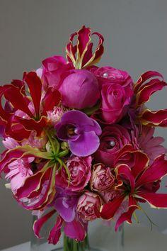 Bruidsboeket roze/paars tinten met oa pioenrozen en Orchidee, Gloriosa