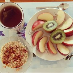 Breakfie #day1 :  1 kiwi  1 apple Homemade Oatmeal w/ cinnamon Green tea  260 kcal by healthyjoanie #running #ownyourmarks #run