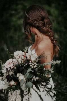 Can't get over this bride's bouquet and hair | Image by Victoria Carlson Photography