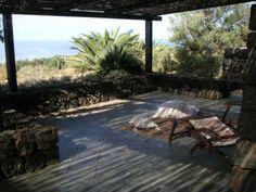 Il patio, che offre ristoro dal sole di #pantelleria - Dammuso Anforetta