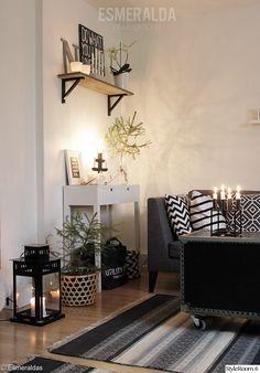 olohuone,olohuoneen sisustus,lyhty,tunnelmavalaistus,moderni,mustavalkoinen,jouluinen,joulukoti