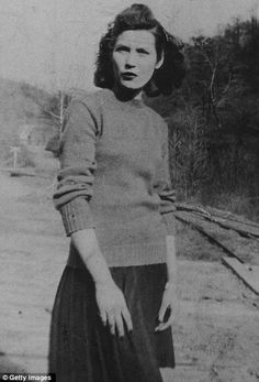 butcher hollow kentucky | ... : Loretta posing for a portrait in Butcher Holler, Kentucky in 1950