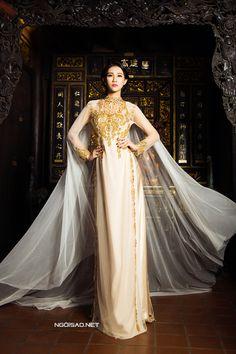 Nữ hoàng trang sức 2011 nổi bật và ấn tượng khi khoác chiếc áo tân nương với thiết kế phong cách hoàng gia. -  Ngôi sao
