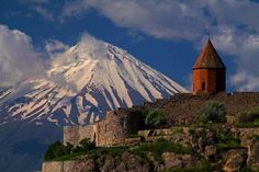 Kloster Goshavank. Mount Ararat is in eastern Turkey. Its summit is 5137m and is snow-cover all year.