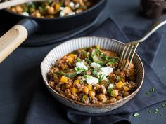 Schnelle Kichererbsen-Paprika-Pfanne mit Feta Quick chickpea and pepper pan with feta Healthy Eating Tips, Healthy Nutrition, Clean Eating Snacks, Healthy Recipes, Vegetable Drinks, Vegetable Recipes, Lunch Boxe, Snacks Sains, Salud Natural