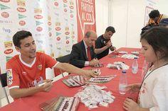El presidente, Navas y Míchel en la sesión de autógrafos después del partido