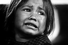 In dit kunstwerk zie je een klein kindje dat heel droevig is. Dit meisje ziet iemand vertrekken en wil diegene niet loslaten. Hierdoor is zij zo verdrietig en droevig in deze foto.