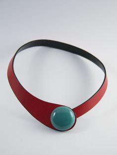 Collar cuero rojo y cierre cerámico esmaltado de Ceraselle por DaWanda.com