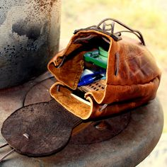 The World's Best Photos of bushcraft and sporran Leather Pouch, Leather Purses, Leather Bags, Viking Clothing, Dice Bag, Belt Pouch, Bottle Bag, Leather Projects, Leather Accessories