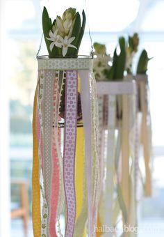 halbachblog I DIY Idee: Blumenampeln aus Gläsern mit Bändern in Pastellfarben I Frühling
