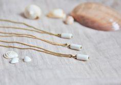 Collier perle colonne de nacre & laiton brut (doré), idée cadeau, mariage, bijou fin, délicat, raffiné by Myo jewel