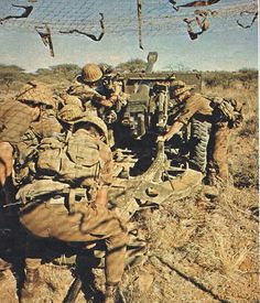 SADF 25 pounder crew in action, Good detail of their Pattern 70 webbing and Ottom helmets. Military Life, Military Art, Military History, Once Were Warriors, Army Day, Tactical Survival, Korean War, Modern Warfare, African History