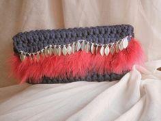 Bolso de trapillo azul marino con plumas y cadena
