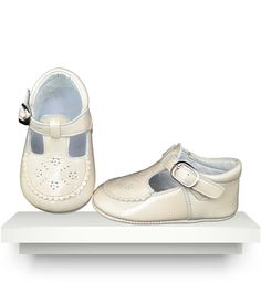 Ivory t-bar patent leather shoes Baby Girl Shoes, Kid Shoes, Girls Shoes, Leather Shoes, Patent Leather, Spanish Baby Clothes, Kids Footwear, Walker Shoes, Patent Shoes