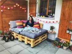 DIY wooden pallet sofa for home decor - Balkon dekor Pallet Garden Furniture, Diy Furniture, Playhouse Furniture, Furniture Design, Pallet Playhouse, Furniture Buyers, Furniture Vintage, Furniture Makeover, Wooden Pallets