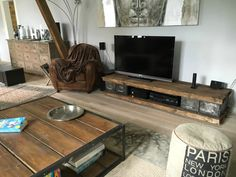 Meuble télé industriel pour Denis en place - Volp'Art et Mimi - - Interior Design Living Room, Living Room Decor, Living Spaces, Upcycled Home Decor, Upcycled Furniture, Tv Stand Designs, Tv Furniture, Apartment Living, Home And Living