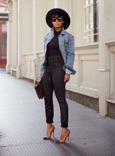 Influencers Are Loving This Denim Brand - Mode Fashion Mode, Look Fashion, Winter Fashion, Fashion Trends, Denim Fashion, Fashion Art, Mode Outfits, Stylish Outfits, Fashion Outfits