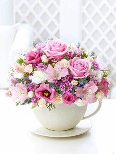 Linda taza de porcelana con rosas ,astromeliaszmargaritas ,y clavel en tonos rosa pastel