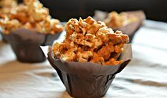This caramel corn is the single most addictive substance since Walter White& crystal meth. Vegan Foods, Vegan Snacks, Caramel Corn Recipes, Vegan Caramel, Kid Friendly Meals, Vegan Recipes Easy, Dessert Bars, Sweet Tooth, Sweet Treats