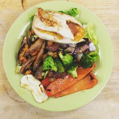 Dinner : chicken fillet cooked in the George Foreman stuffed with Halloumi & chorizo. Served on a bed of salad comprised of cucumber lettuce & spring onion. Accompanied by roasted brocolli onion mushrooms sweet potatoe & chargrilled red pepper . Absolutely delicious classic bbq food…
