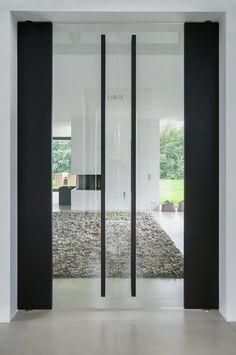 Taats deuren van glas met stoere houten grepen Wij hebben deze deuren in de showroom staan