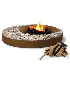 Design Outdoor-Feuerstelle ZEN – eine Feuerstelle, viele Möglichkeiten: Stein, Kies, Vulkanstein oder Sand sind nur einige der natürlichen Elemente, mit denen die kreisförmige Stahlkrone ganz individuell nach Ihren Vorstellungen gestaltet werden kann.